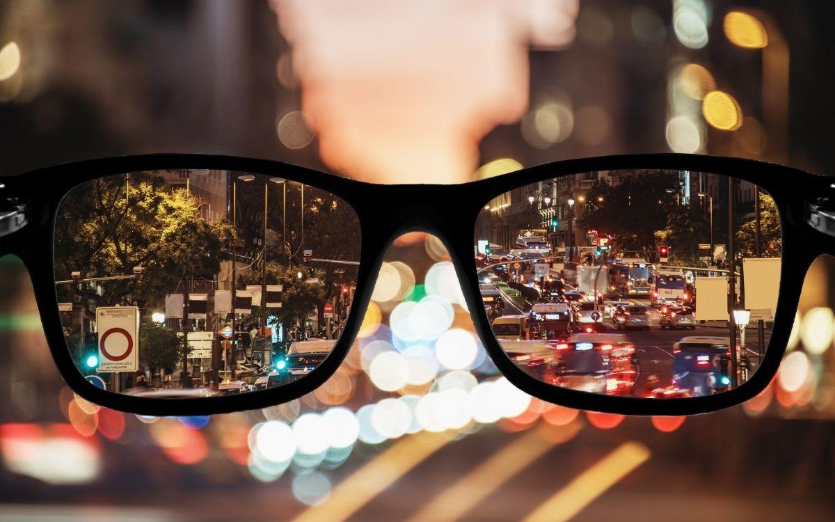 Сонцезахисні окуляри, що відображають буття нічного міста