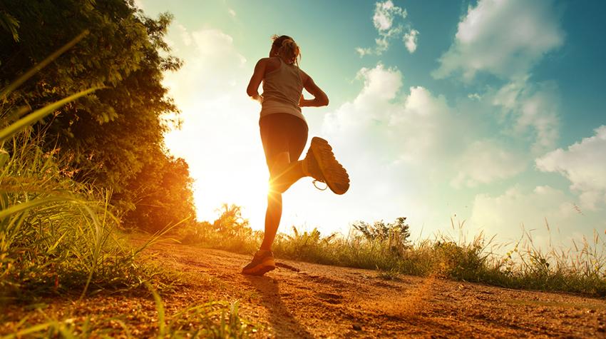Девушка на солнечной пробежке