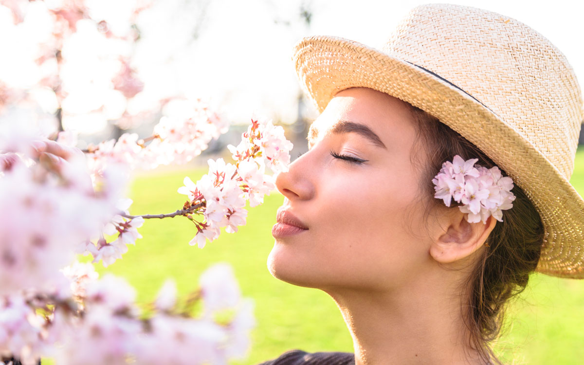 Девушка с цветущей веткой абрикосы