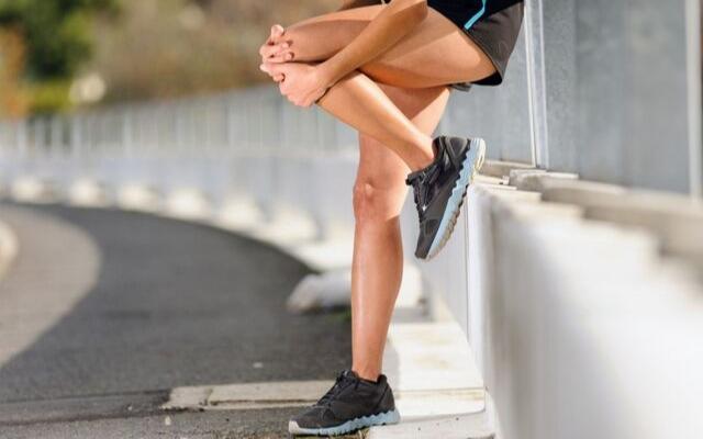Зігнута нога від болю в коліні