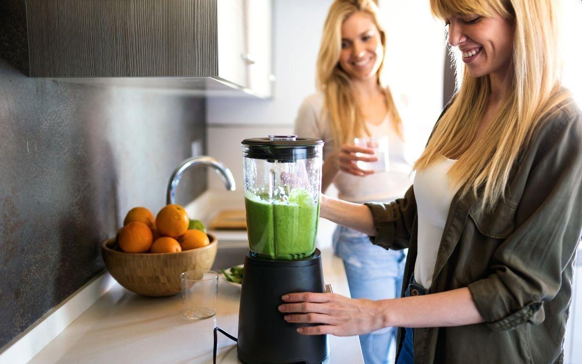 Дві дівчини готують зелене смузі
