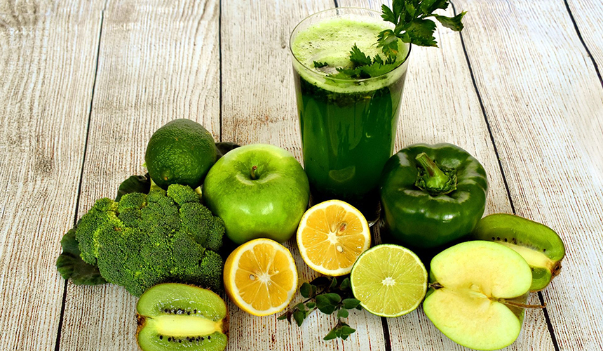 Лайм, яблуко, ківі, лимон, брокколі, зелений перець і стакан зеленого смузі