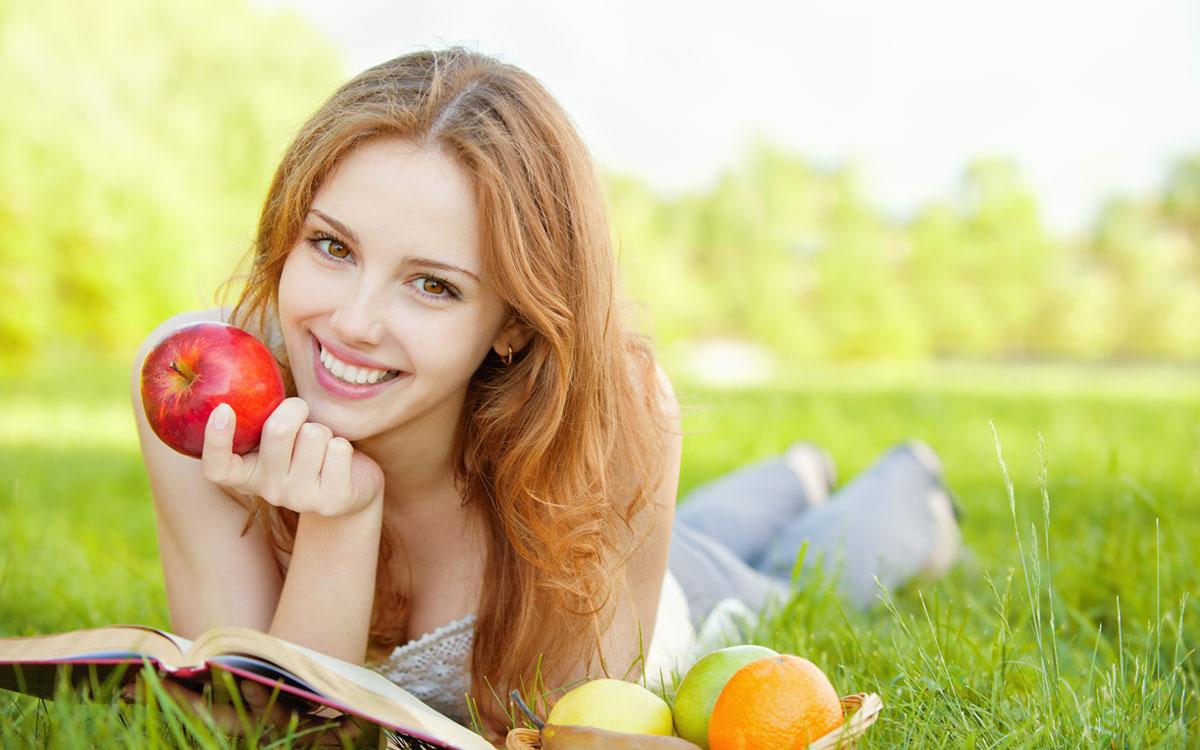 Дівчина з яблуком і книгою