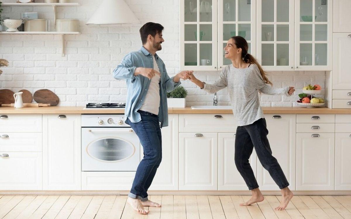 Танцующая пара на кухне