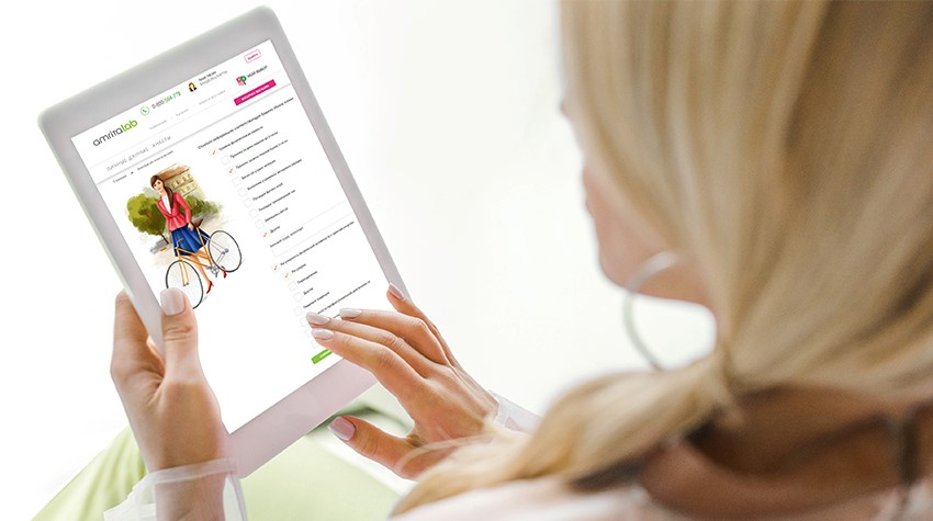Дівчина на планшеті заповнює анкету сервісу AmritaLAB