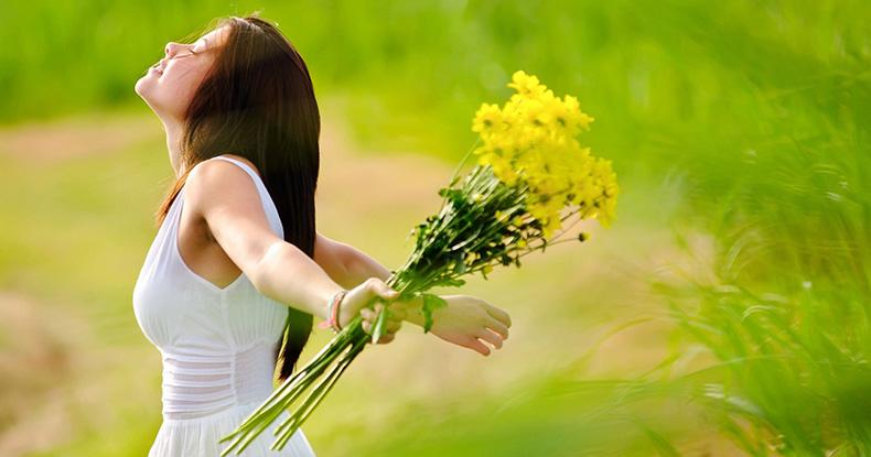 Девушка в поле с хризантемой в руке