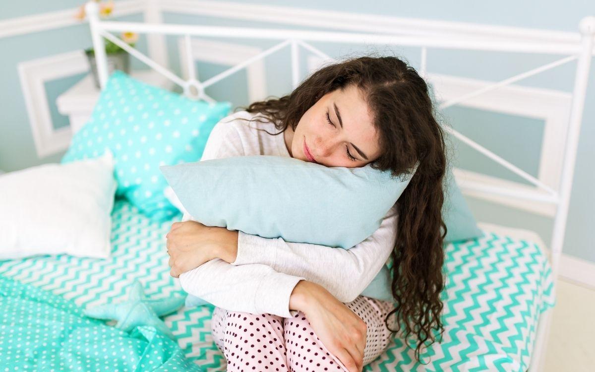 Девушка с подушками