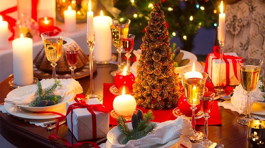 Новогодний праздничный стол со свечами