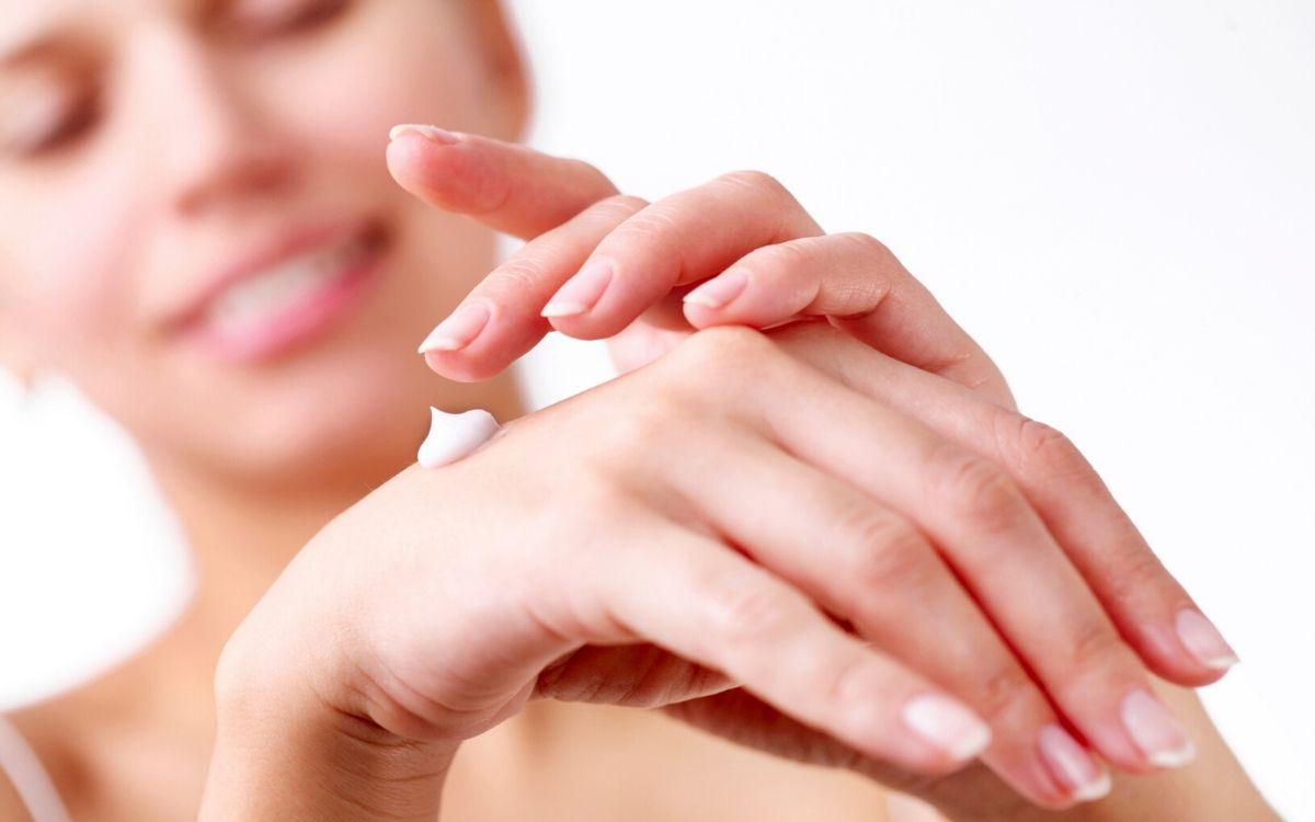 Крем для рук на красивых руках