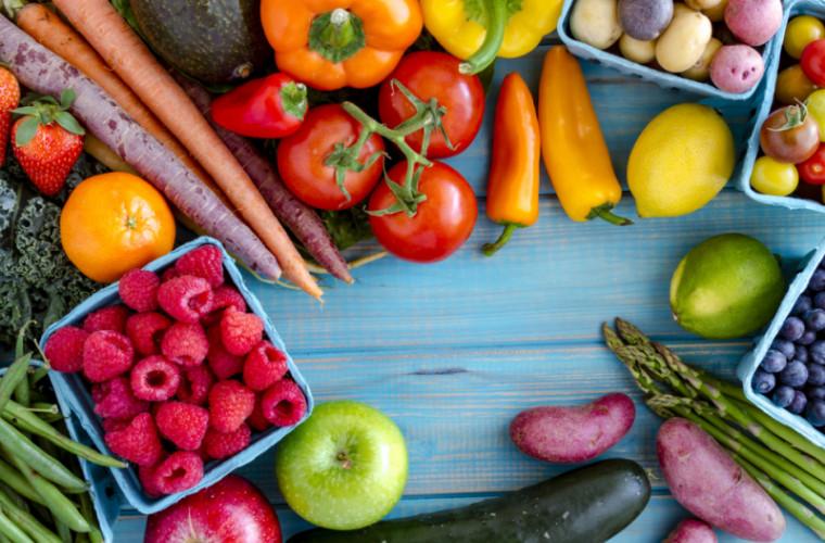 Овощи и фрукты на столешне