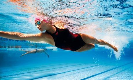 Девушка плывет в бассейне