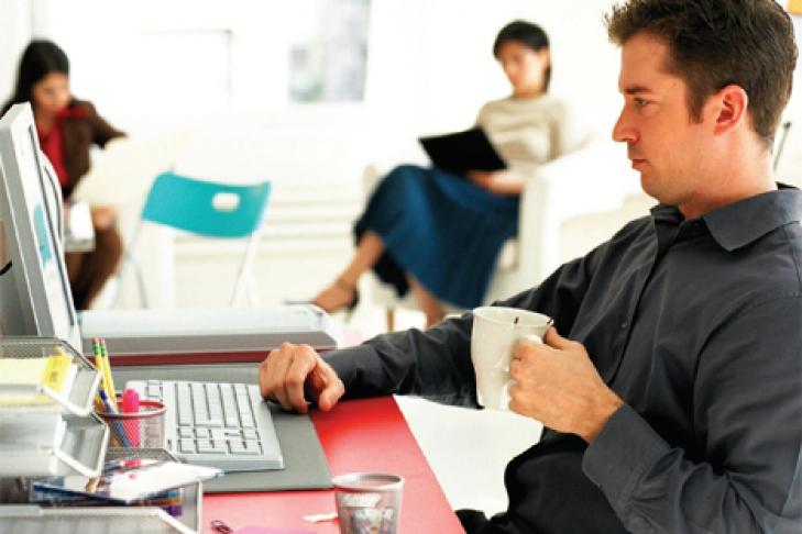 Чоловік з чаєм на робочому місці