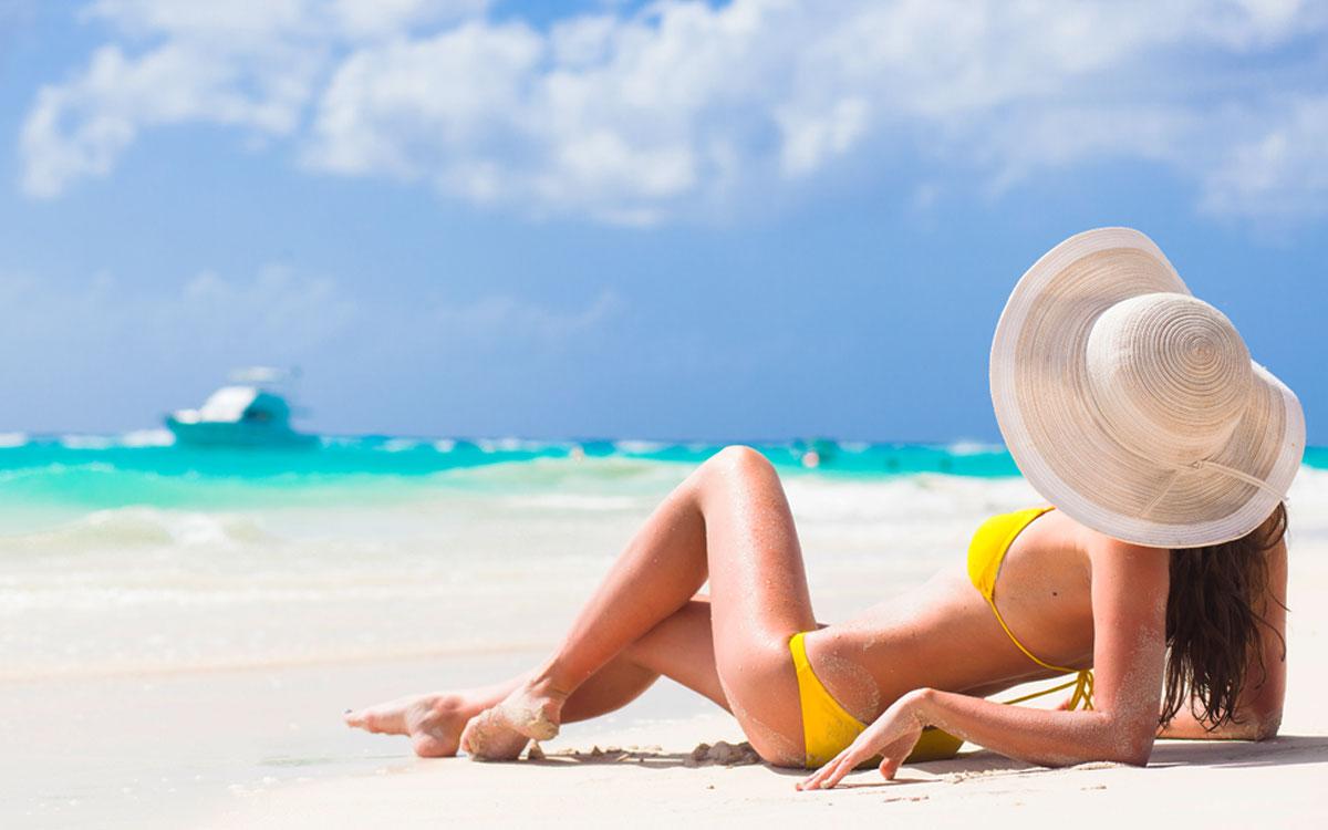 Девушка загарает на пляже