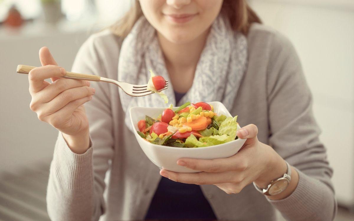 Дівчина з корисним салатом в руках