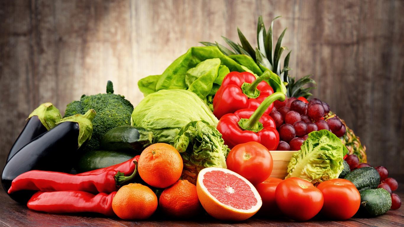 Овочі та фрукти на стільниці