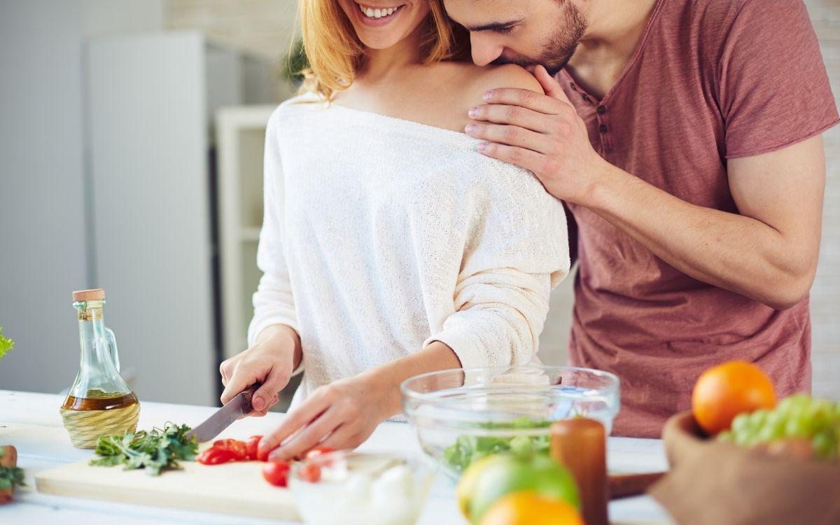 Девушка нарезает салат