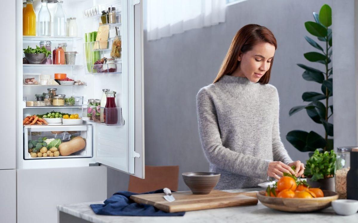 Дівчина і продукти в холодильнику