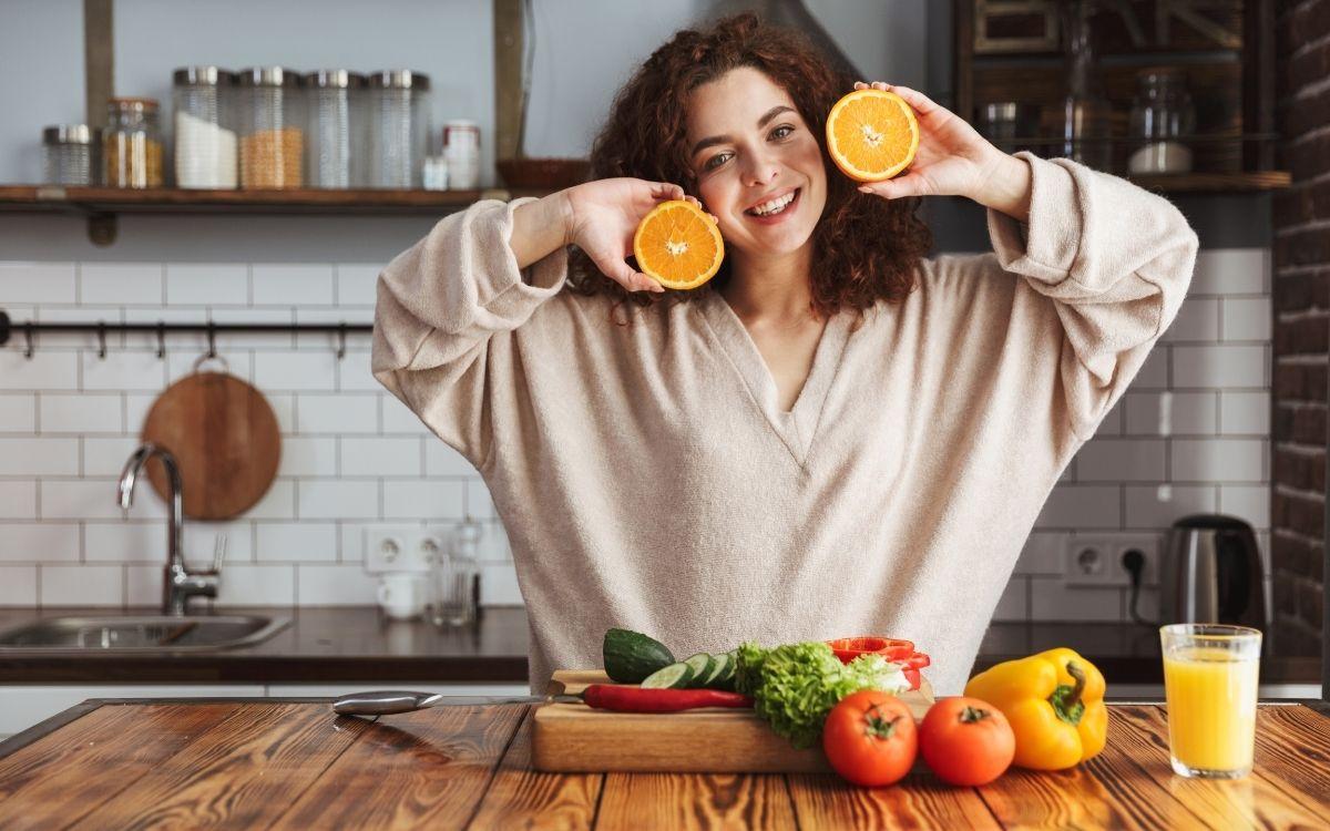 Щаслива дівчина з овочами і фруктами