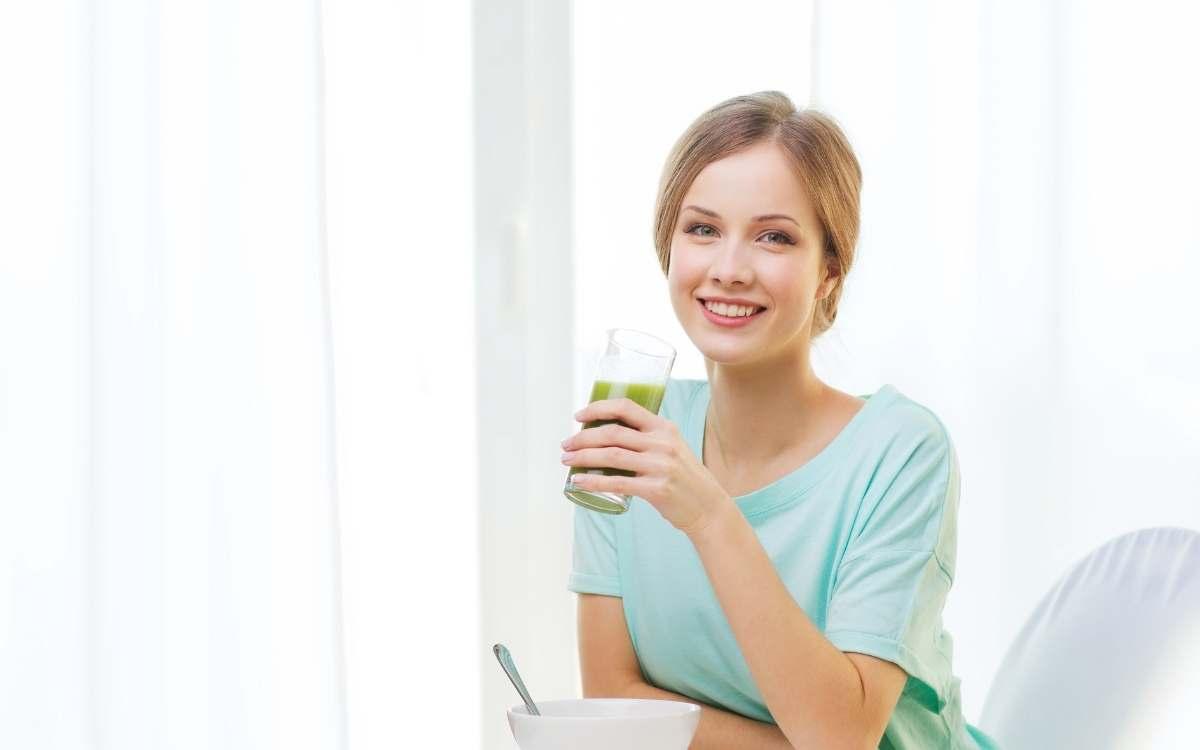 Дівчина зі склянкою смузі в руці