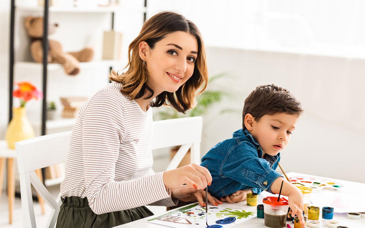 Мама з сином займається малюванням