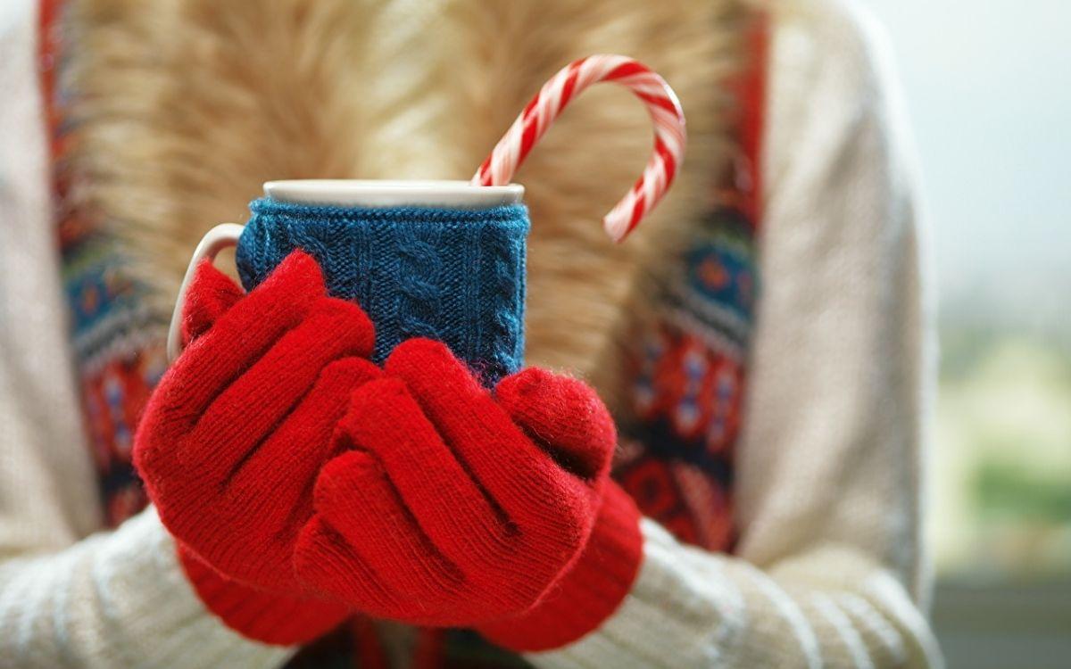 Чашка в руках, которые в перчатках