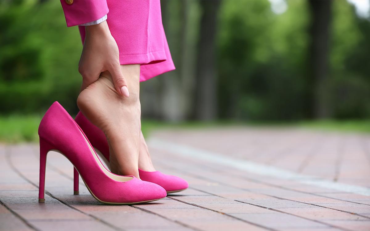 Втомлені ноги від туфель на підборах