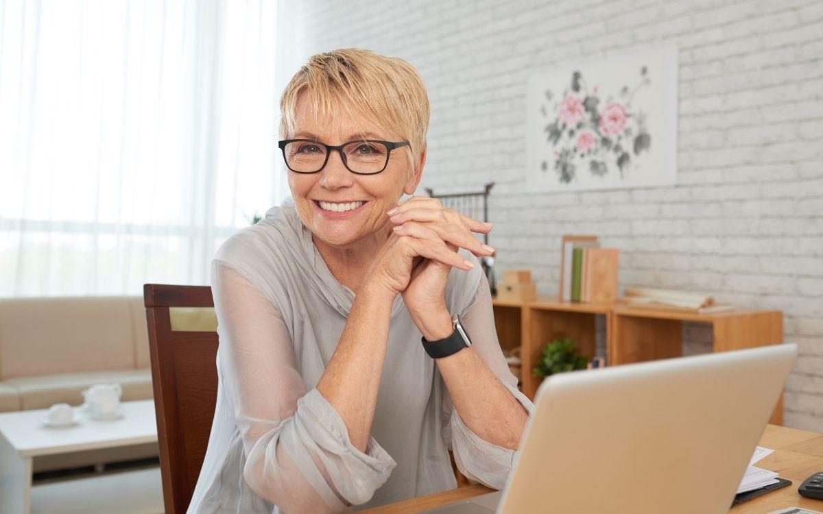 Жінка в окулярах за ноутбуком