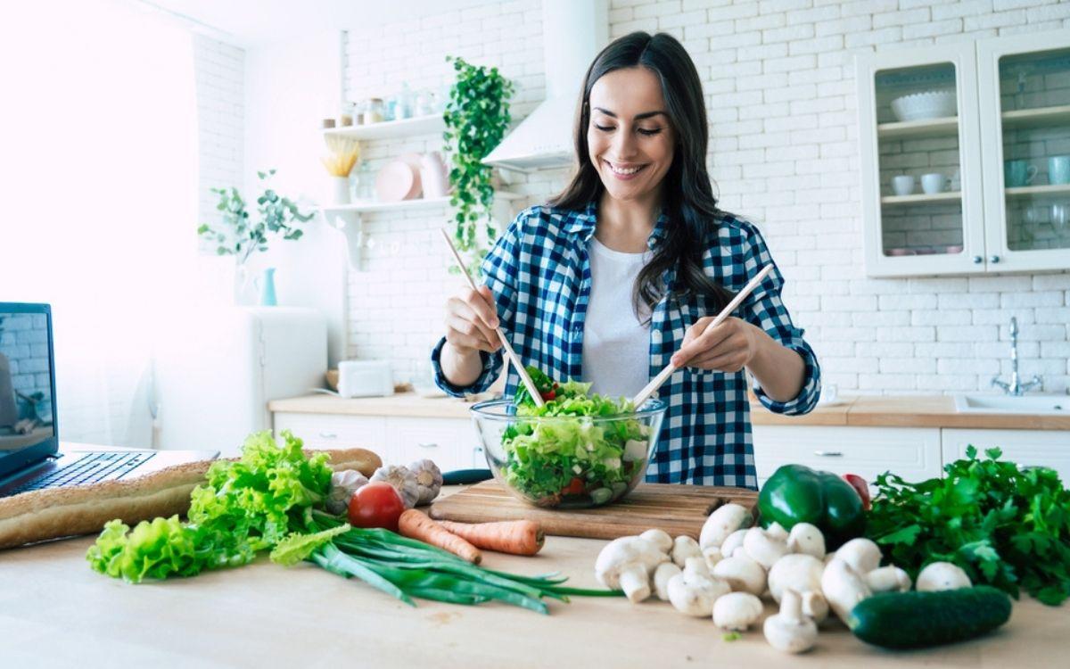 Девушка делает овощные блюда