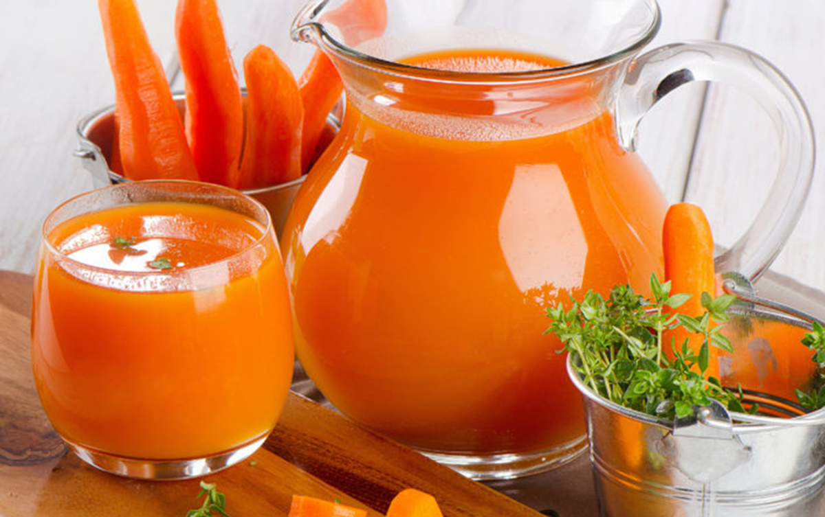 Морквяний сік в стакані та глечику