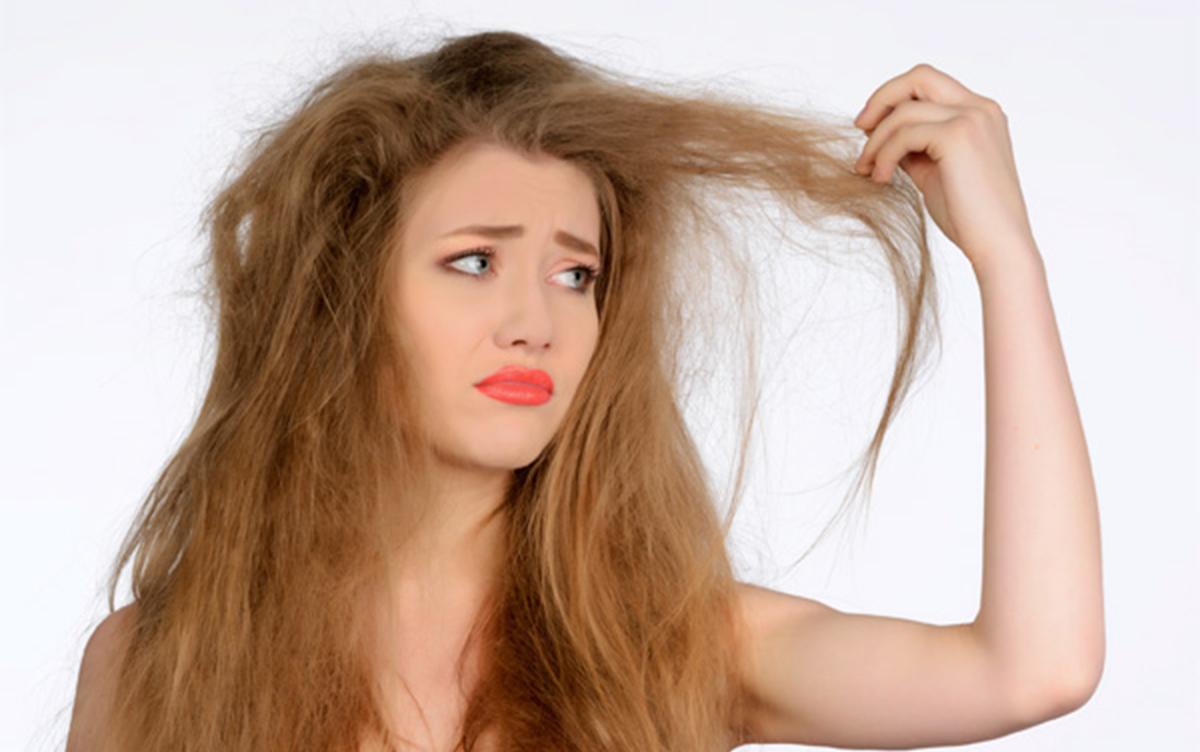 Дівчина з сухим і ламким волоссям
